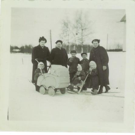 Anja, Toini ja Liida-mummo. Lapset vasemmalta: Ismo, Markku, Leena, Hannu, Tuula, sekä kärryssä Seppo.
