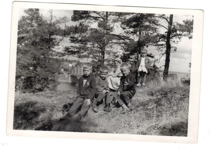 Anja ja Reino perheineen Savonlinnassa lomailemassa. Vasemmalta: Ismo, Veli-Mattu, Anja, Seppo ja Riitta-Liisa.