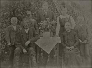 Vasemmalta: Aarne, Otto, Hilja, Onni, Helmi, Vilhelmiina ja Eino.