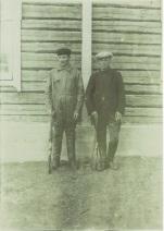 Metsästäjät Onni ja Edvin Nalli.