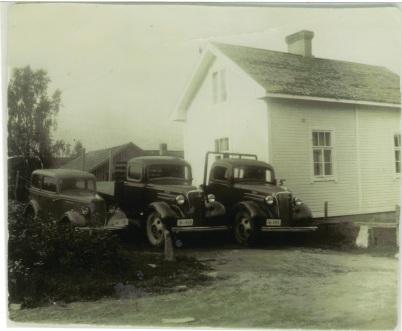 Vasemmalta: Ford Junior, Chevrolet -37 ja toinen Chevrolet -37.